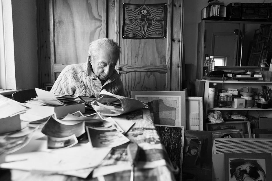 Peržiūrint nuotraukų archyvus studijoje. © Tadas Kazakevičius