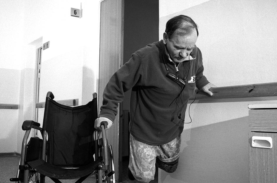 Mankštinantis praverčia ir neįgaliojo vežimėlis. © Darius Chmieliauskas
