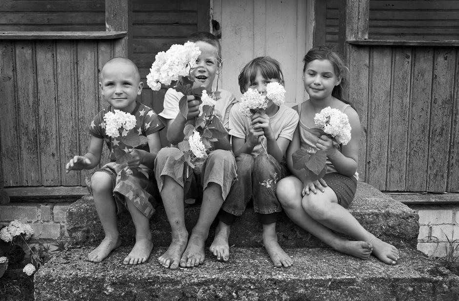 Vaikai susėdo bendrai nutoraukai. © Tadas Kazakevičius © Darius Chmieliauskas