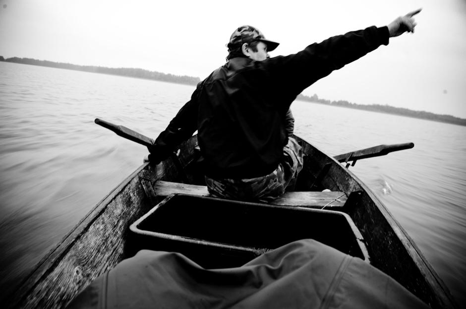 Brakonierius nurodo žuvų pristatymo vietą. © Karolis Kavolėlis