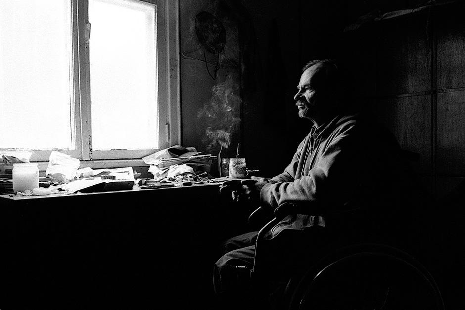 Janas mąsliai žvelgia per langą. Jis nelaukia žiemos, nes čia sušals. © Darius Chmieliauskas