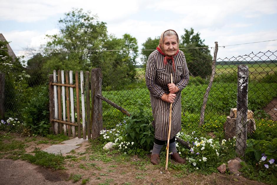 Garbingo amžiau senolė pati prižiūri savo daržą. © Tadas Kazakevičius © Darius Chmieliauskas