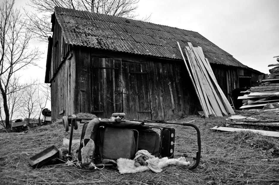 Vežimėlis, kuriame rodos vaikai patys neseniai buvo vežiojami, dabar nutrenktas kieme. © Ieva Budzeikaitė