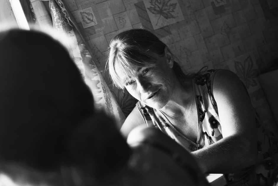 Šieno krovimo metas. Jūratė su vyresnėle Neringa kalba apie šieno kūgių kainas. © Ieva Budzeikaitė