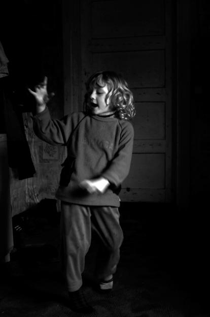 Ugnė improvizuoja dainuodama apie ėjimą į mokyklą. © Ieva Budzeikaitė