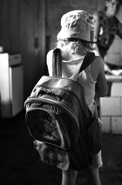 Nešiodama savo vyresniojo brolio kuprinę, Ugnė jau įsivaizduoja save klasės suole. © Ieva Budzeikaitė