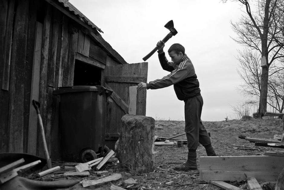 Vaikai labai darbštūs ir neišlepinti. Žino ką daryti, kad namuose būtų šilta. © Ieva Budzeikaitė