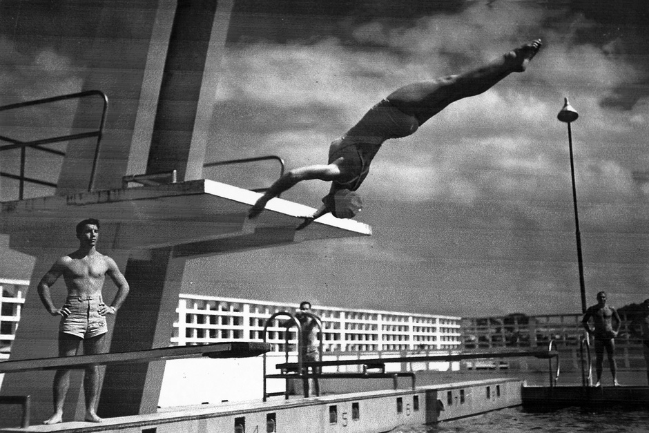 Keliaujant į Naująją Zelandiją ponia Edna bandė išnaudoti visas galimybes treniruotis. Čia ji ir likusi įgula sustoję Amerikos karo bazėje mėgaujasi baseino teikiamais privalumais treniruotėms.