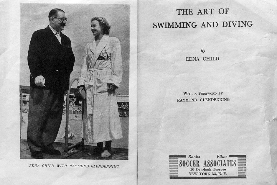 Įvadinis Ednos Child parašytos knygos puslapis. Kairėje ji pozuoja nuotraukai su tuometiniu garsiu sporto komentatoriumi Raymond Glendenning, kuris knygai parašė ir įvadinį žodį.
