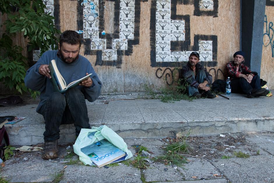 Andrėjus mėgsta skaityti ir neretai konteineriuose randa įdomių knygų. Prieš parduodamas jas Kalvarijų turguje, jis visada jas perskaito. © Darius Chmieliauskas