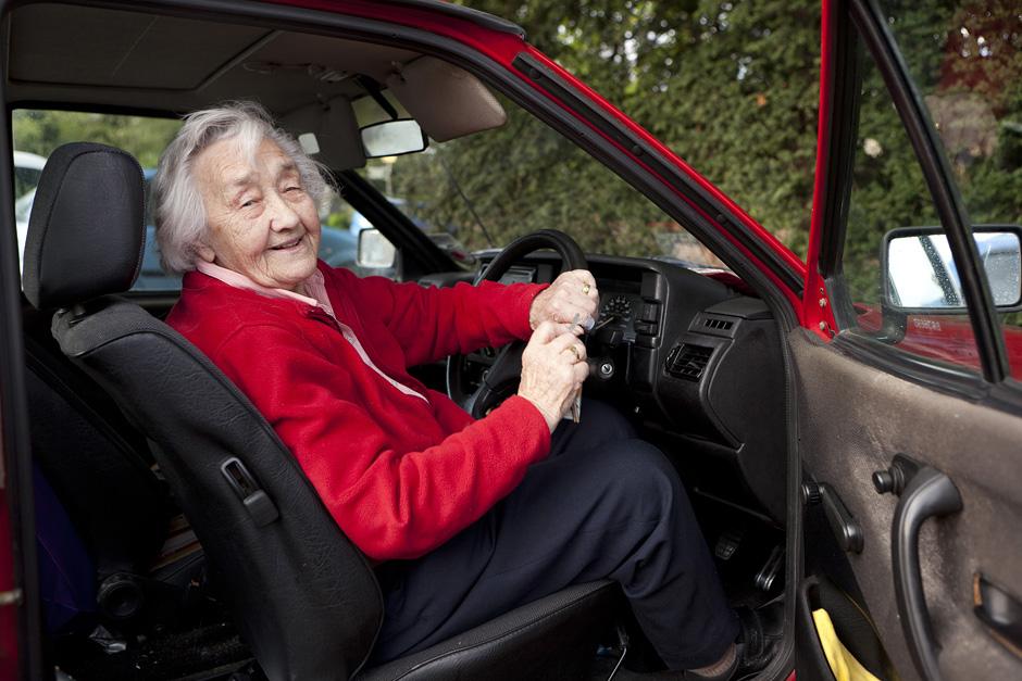 """Ponia Edna vis dar aktyvi vairuotoja. """"Nežinia kaip be jos judėčiau, juk tiek daug reikalų, o dar tos mano kojos."""" prideda Edna ir atsisveikindama uždaro duris. © Tadas Kazakevičius"""