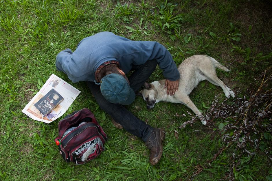 """Andrėjus su savo šunimu Maksu. Taip jį pavadino pamatęs filmą """"Išprotėjęs Maksas"""". © Darius Chmieliauskas"""
