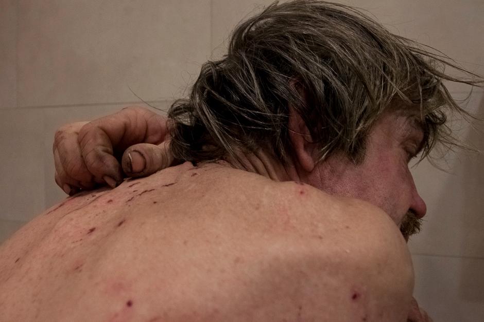 Viktoras prausiasi prekybos centro tualete. Žiemą tai vienintelis būdas palaikyti švarą. Tačiau tai mažai gelbsti ir Viktoro kūnas dėl nešvaros nusėtas žaizdomis. © Darius Chmieliauskas