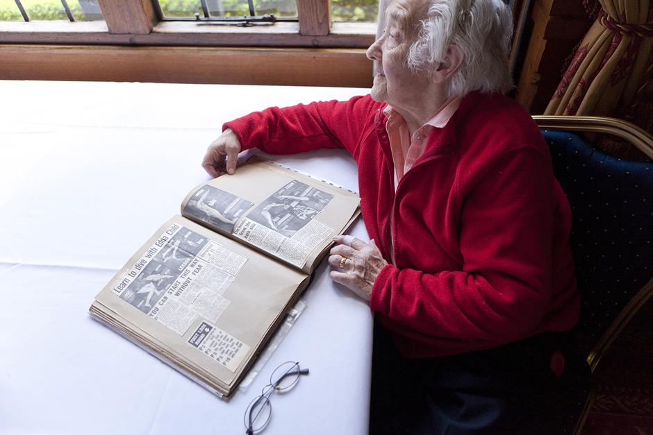 Ponios Ednos albume sutalpinta daugelis atminimų iš jos ir jos vyro karjeros. Nuotraukoje ji rodo vieną iš laikraščio straipnsnių apie teisingą nardymo techniką su iliustracijomis, kuriose ji pati. © Tadas Kazakevičius