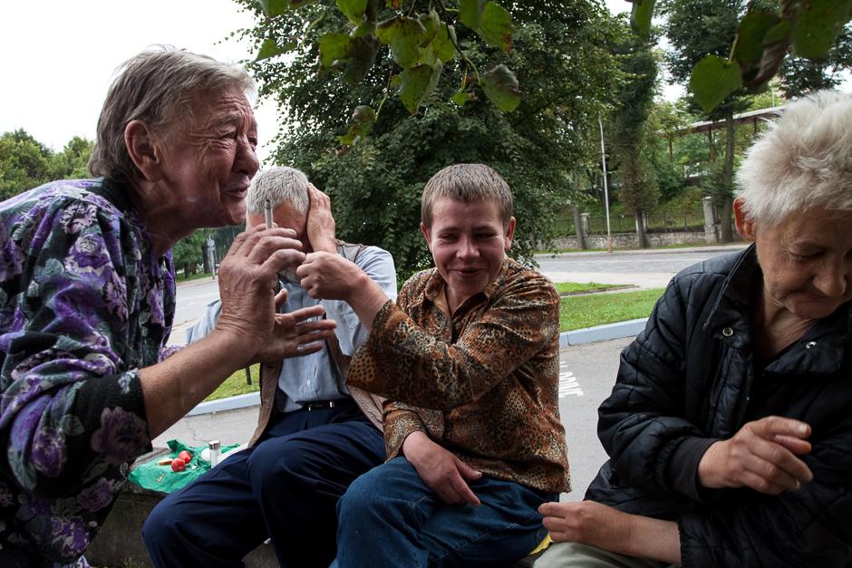 Išgėrusi savo rytinę odekolono dozę kompanija pradėjo dainuoti. © Darius Chmieliauskas