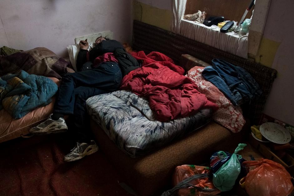 Viktoras miega apleistame name šalia judrios gatvės, kuriame glaudėsi daugiau nei metus. šiuo metu ten įrengta verslo centro automobilių stovėjimo aikštelė. © Darius Chmieliauskas