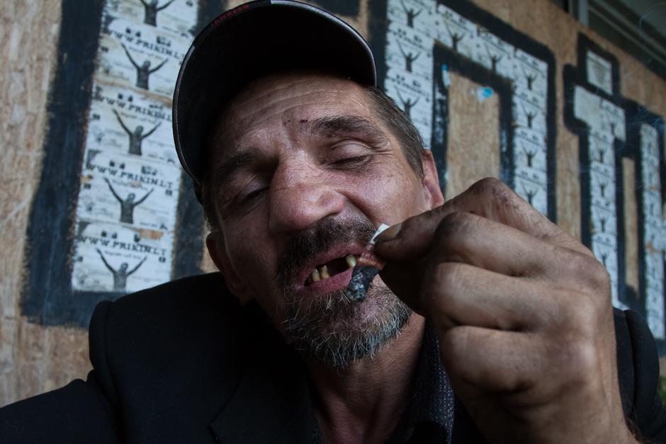 """Po pietų Gena mėgsta parūkyti """"samakrutkę"""", kuriai tabaką surenka iš nuorūkų šiukšliadėžėse. © Darius Chmieliauskas"""
