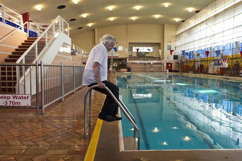 Sunku apsakyti kokia nuostaba apima, kai 89-erių metų senolė tik įbėgusi į baseiną numeta lazdas ir pribėgusi prie tūrėklų padaro bent keletą atsispaudimų. Ponia Edna visada stebino aplinkinius. Ji vis dar pamena, kai dar būdama 60 metų stovėdavo eilėje prie šokimo platformos eilėje su vaikais. Galima tik numanyti, kiek nuostabos vaikams sukeldavo senolės akibrokštai. © Tadas Kazakevičius