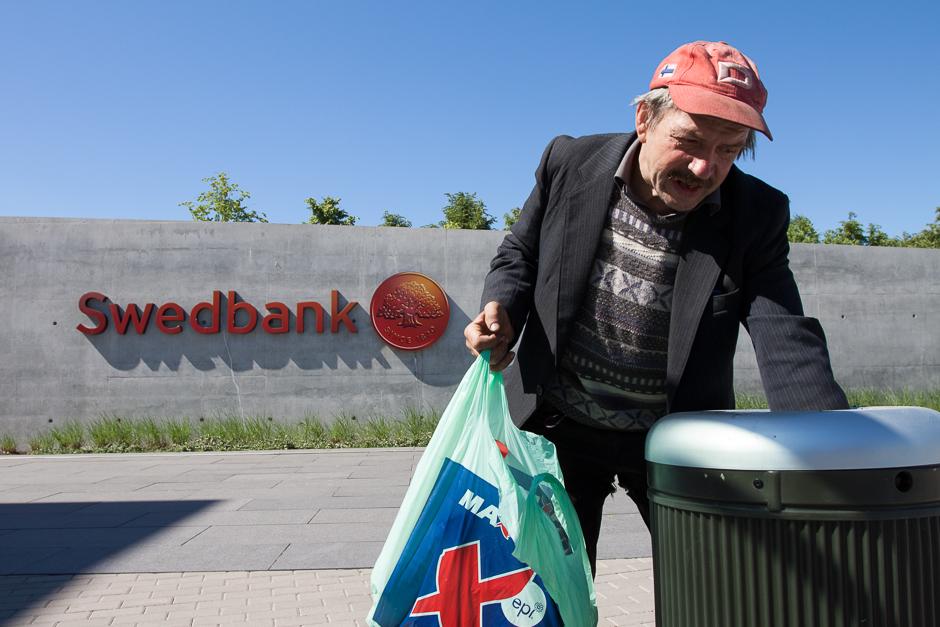 Viktoras renka butelius. Jų rasti darosi sunkiau dėl draudimo vartoti alkoholį viešose vietose. © Darius Chmieliauskas