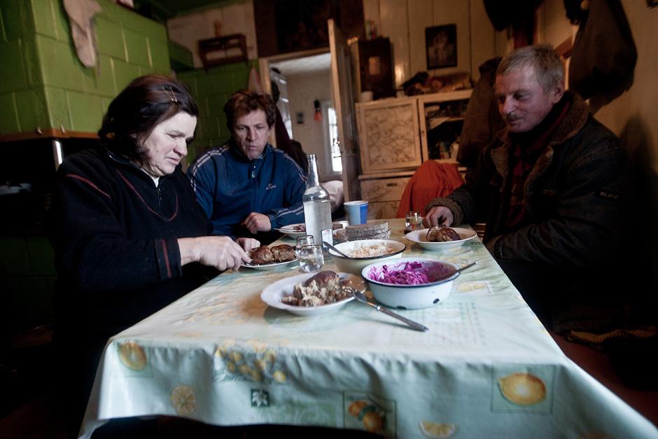 Rytas Reginos troboje prasideda nuo pusryčių. Visi sėda už stalo. Iškepti kotletai, paruoštos salotos, buteliukas. Tradiciškai visi išgeria po 50 g, kad darbas nusisektų. © Vladimiras Ivanovas