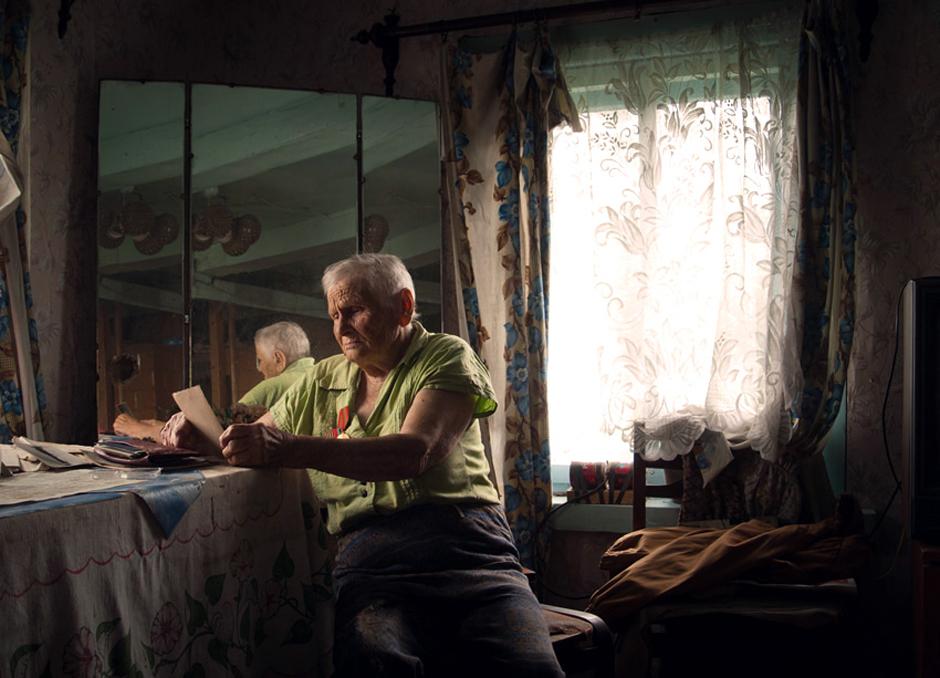 """Erochina Antanina. Gimė 1923m. Gyvena Sidorovičių kaime, Baltarusijoje. ,,Fronte ne sykį teko maldauti Dievo, kad liktum gyvas""""   Mano atmintis jau prasta. Pamenu, jog gimiau kažkur Rusijoje, o kariavau Baltarusijos fronte. Buvau ryšininkė, tiesėme telefono linijas. Pamenu fronte būdavo, kai prašiau Dievo duonos kąsnelio, o būdavo, kai maldavau, jog likčiau gyva. Sykį viena išėjau tikrinti telefono linijos ir pasiklydau. Leidausi prie upelio. Įkritau gilion pusnin. Įstrigau. Pamaniau, kad man galas. Sutemo. Išgirdau šuns lojimą. Jis mane ir nutempė iki kažkokio namo. Čia pasirodė šeimininkas, priglaudė mane, o ryte nuvežė į dalinį. Ten ir gavau pylos nuo vado. © Romualdas Vinča"""