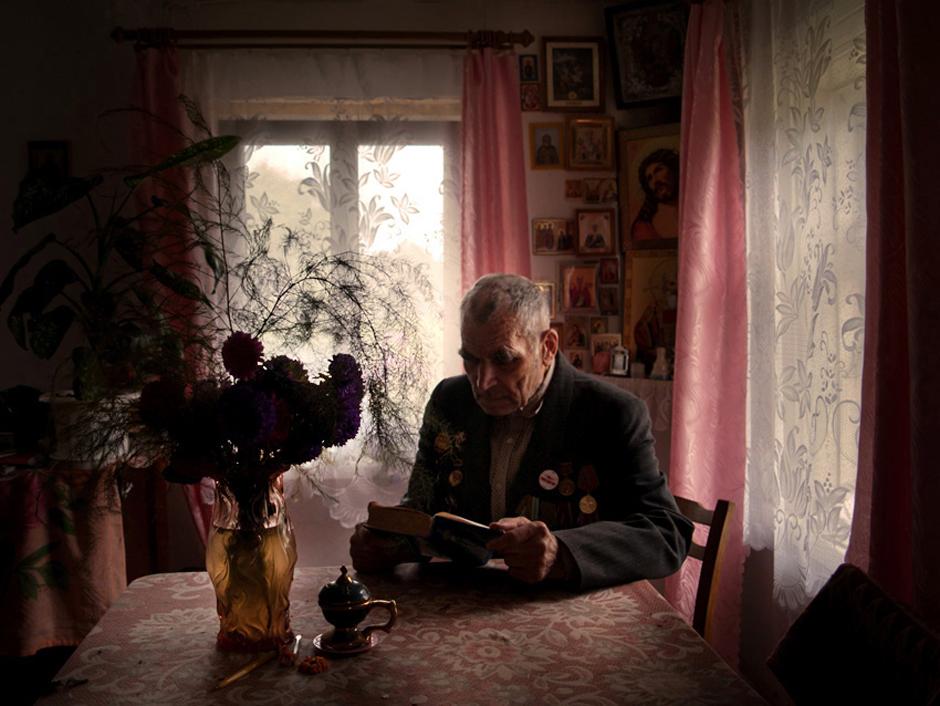 """Sosno Boris. Gimė 1924 m. Gyvena Svetliany kaime, Baltarusijoje. ,,Aš pamenu viską, kiekvieną karo apkasą"""".    1941 metų vasarą dirbau. Statėme lėktuvams nusileidimo taką. Kartu su mumis dirbo nuteistieji. Daug jų buvo, keli tūkstančiai. Sekmadienį juos kažkur skubiai išvežė. Niekas nieko oficialiai mums neskelbė, bet žinojome, jog prasidėjo karas. Trečiadienį miestelyje jau pamatėme vokiečių kareivius.    Kariavau pirmajame Baltarusijos fronte. 1038-asis šaulių burys, 5-oji smogiamoji divizija. Ėjome per Varšuvą, Poznanę. Taip iki Berlyno. Kasdien pirmyn. Tarp Vyslos ir Oderio upių, apie 500 km. Mes juos su kovomis įveikėme per 8-ias paras. (500 km per 8 paras? Jei tikrai, tuomet viskas ok)Ėjome ir dieną ir naktį, kad neduotumėm vokiečiams įsitvirtinti.  Sykį, naktį, išvykome vokiečiams užnugarin, kad paimtumėme kelis įkaitus. Taip nuvažiavome virš šimto kilometrų. Mūsų mašina atsiliko ir mes pasiklydome. Išėjome į žvalgybą. Pamatėme, kaip per ežero ledą vorele traukia vokiečiai. Mes juos apsupome ir penkis paėmeme į nelaisvę, kiti, deja, paspruko. © Romualdas Vinča"""