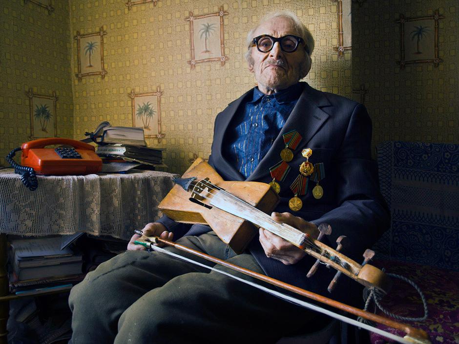 """Butko Vladislav. Gimė 1919 m. Smorgonys, Baltarusija (gimė Smorogonyse ar čia gyvena? Reikia konkretinti, nes prie vienų pavadnimų suprantama, kad gyvena ten, prie kitų – neaišku, t. y. Gyvena ar gimė)   Į frontą išvykome iš Voronežo. Atvykome į Smolensko miestą. Miestas kelis kartus buvo tai mūsų, tai vokiečių. Tada netoli upės išsikasėme apkasus. Po paros išgirdome atriedant vokiečių tankus. Norėjau šaudyti, bet neturėjom įsakymo. Po pusvalandžio prie upelio pasirodė vokiečių pėstininkai. Jie išsirengė, šoko maudytis. Rodos imk ir iššaudyk, bet ne, nėra vado įsakymo. Išgirdome šaudant pabūklus, tada ir gavome įsakymą. ,,Prabilo"""" mūsų kulkosvaidis, tik spėjome juostas keisti. Šoko vokiečiai iš upelio ir bėgt nuogi kas kur. Žinoma, daug jų liko ten gulėti, ant Disnos kranto.   Po to mus apsupo. Likome be maisto ir šovinių. Išėjau žvalgybon. Gretimame kaimelyje radau vištų, duonos ir paršelį. Dar kelias dienas gyvenome sočiai. Vėliau mūsų artileriją atliko vokiečių pozicijų apšaudymą, tuo ,,koridoriu"""" mes išėjome iš apsupties. © Romualdas Vinča"""