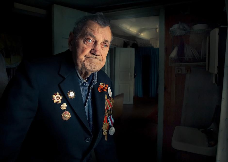 """Gurskij Stanislav. Gimė 1924 m. Smorgonių m. Baltarusija (vėl neaišku, čia gimė ar gyvena). Prasidėjus karui užsirašiau ir išėjau tarnauti į lenkišką kariuomenę. Į ,,Raudonąją armiją"""" papuoliau po sužeidimo. Sužeistas buvau jau netoli Berlyno. Į manę pataikė snaiperio kulka (vokietis sėdėjo pušyje). Šovinys perėjo mane kiaurai, bet gerai, kad kulka nekliudė širdies. Būtų man buvęs galas iškart.  Valtimis persikėlėme per Oderio upę ir iškart papuolėme į apsuptį. Pataikėme į trečiąją vokiškąją liniją. Įkritau į duobę,o per metrą nuo manęs (kitoj duobėj) buvo vokietis. Abu bijojome iškišti galvas. Bet jis suklydo ir aš jam pataikiau į akį. Tada šokau bėgti . Saviškiai iškart nenorėjo leisti. Gerai, jog atpažino ir įsileido, kitaip vokiečiai būtų sušaudę. © Romualdas Vinča"""