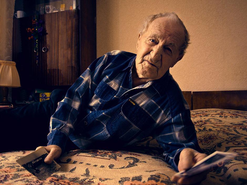 Jabloko Valentin. Gimė 1928 m. Gyvena Smorgonyse, D.O.S.   Blokadinio Leningrado gyventojas  Gimiau Jaroslavlio srityje. Vėliau tėvai pervažiavo į Leningradą. Tėvas mat buvo naras, bet darbe peršalo, gavo plaučių uždegimą ir mirė. Tada tai buvo nepagydoma liga.   Kai prasidėjo karas, man buvo trylika. Gyvenome Kronštate, - tai nedidelė sala įlankoje. Ten stovėjo kariniai laivai. Buvo ir savas aerodromas, tik lėktuvai buvo menki, galima sakyt, - kartoniniai. © Romualdas Vinča
