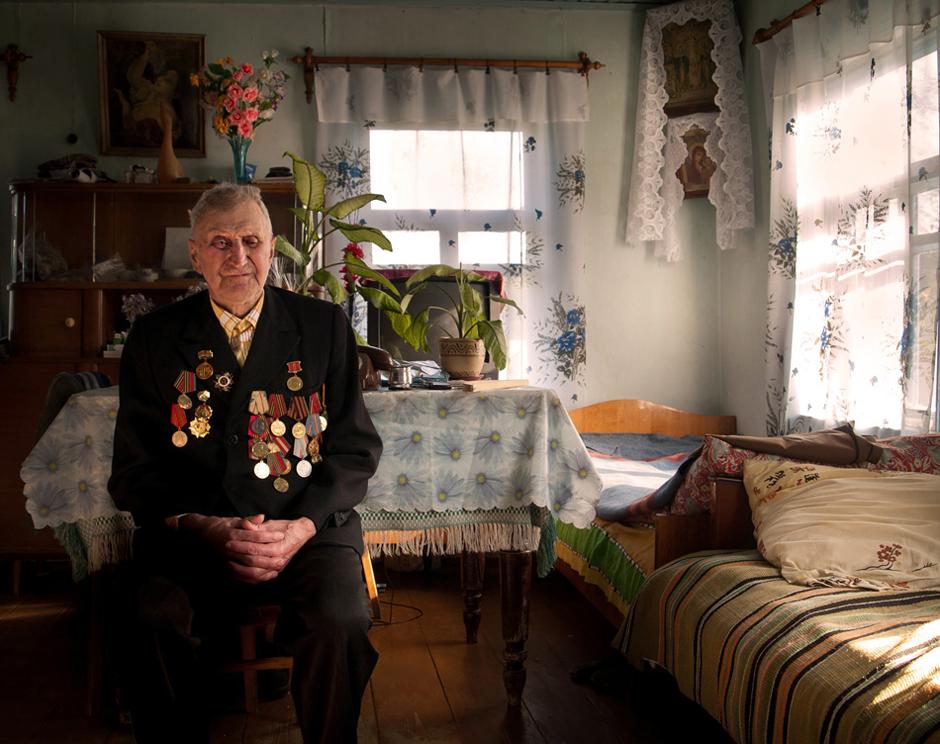 """Salagub Michail. Gimė 1922 m. Gyvena Ordėjos kaime, Baltarusijoje.    ,,Jaunystėje nebuvau šokiuose, nes mano panelė tuo metu buvo šautuvas"""".    Kai prasidėjo karas, vokiečiai apsupo kaimą, žmones suvarė į klojimą ir uždarė. Vakare rusiškai į mus kreipėsi vokietis. Jis pasakė, kad kaimo apylinkėse yra partizanų. Jei būtų paleistas nors vienas šūvis, jie būtų sudeginę visą kaimą. Po to įvykio žmonės bijojo miegoti namie. Daugelis išėjo pas partizanus.   Turiu medalį už Berlyno paėmimą. Tarnavau geležinkeliečių kariniame dalinyje, į frontą gabenau karinę techniką ir kareivius. Apkurtau, kai į traukinį pataikė iš lėktuvo paleista bomba. Tai nutiko vakarų Prūsijoje.  Po karo norėjau dirbti organuose (KGB), bet grįžau į kolūkį. Dabar viena akimi nematau, o kita tik pusiau. © Romualdas Vinča"""