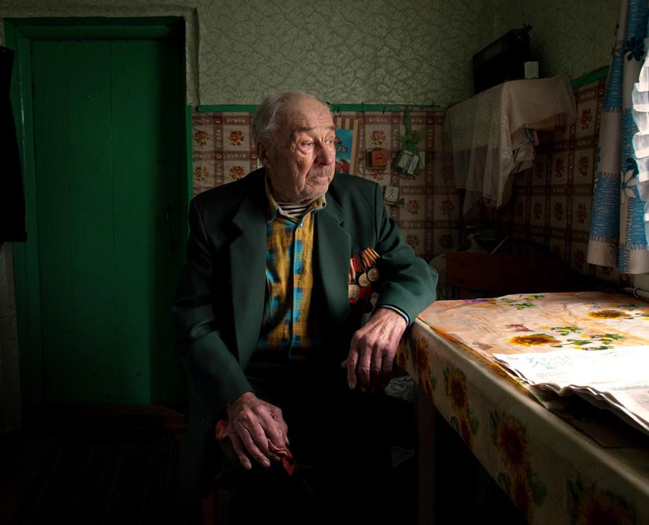 """Strach Michail. Gimė 1926 m. Gyvena Bojarsko kaime, Baltarusijoje.   ,,Apkasuose karaeivis nuo kareivio gulėjo kas penki metrai, taip ir nukariavau juose iki karo pabaigos"""".   Tarnavau I-jame Baltarusijos fronte. 1944 m. buvau pašauktas į 16-tąjį pėstininkų pulką. Kai persikėlėme per Elbės upę, mane sužeidė. Tai įvyko gegužės 1 dieną, likus kelioms dienoms iki pergalės. Sveikau 3 mėnesius. Gulėjau ligoninėje viename iš Berlyno priemiesčių. Vėliau paskyrė tą ligoninę saugoti, nes laikai buvo neramūs. 1947 m. mūsų pulką perkėlė į Lenkiją, Ostrudos miestelį. Tai nedidelis miestelis kaip mūsų Smorgonys. Taip pat turiu du lenkiškus medalius ,,Za Odre Nyse Baltik"""" ir ,,Krajowa Rada Narodowa"""". © Romualdas Vinča"""