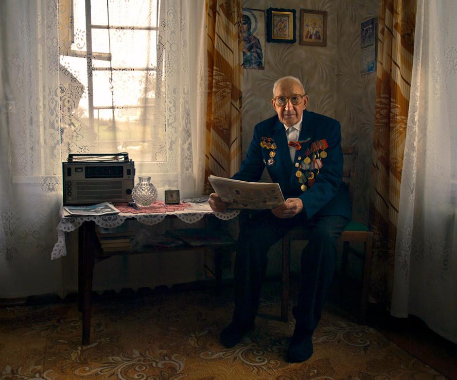 """Minkovskij Anatolij.Gimė 1924m.Gyvena Smorgonių m. Baltarusija. """"Fronte maisto nebuvo. Ir po karo jo trūko... Maniau, jog niekad nebūsiu sotus"""".    Tarnybon buvau pašauktas į gimtojo miestelio komisariatą. Iš čia išvežė iškart į Smolensko sritį. Rusijon. Vėliau kariavau II-ajame Baltarusijos fronte.Teko būti prie Mandžūrijos ir pajausti, kas yra minunus penkiasdešimt šalčio.   Kadangi priešakinėse linijose visada buvo reikalingi """"narsuoliai"""", į tuos dalinius pakliūdavo nusižengusieji. Kitaip tariant """"štrafbat"""". Ten ėjo kiekvienas kareivis net už menkiausią nusižengimą ar dėl vado įsakymo nevykdymo. Pirmus į puolimą leisdavo nusižengusius kareivius, po jų kovon ėjo reguliarioji armija. Laukas budavo šimtais kūnų nusėtas.  Sausio 14 d. 1945m. prasidėjo generalinis fašistinės Vokietijos puolimas. Buvau sužeistas į krūtinę. Pataikė į manę minsvaidžio skeveldra. Rūbus apliejo kraujas. Eiti buvo sunku. Be to dar reikėjo nešti ir ginklą. Jis buvo kaip įrodymas, jog ne pats persišovei. Priešingu atveju niekas tavęs negydytų . Papuolęs į ligoninę pamaniau, jog esu rojuje. Palapinė buvo šviesi, šildoma ir su atskiromis palatomis. Tai buvo amerikietiška palapinė.  Valgyt fronte gaudavome į dieną po kelis šaukštus košės ir 125 gr. duonos. Jei nebūtų nužudę Lenkijos maršalo J. Pilsudskio, pasakojo man Anatolijus, Antrojo pasaulinio karo nebūt buvę. Lenkija tais laikais draugavo su Slovakija. Turėjo jie galingą kariuomenę. Bet Hitleris buvo gudrus ir sukiršino juos dėl ginčytinų žemių Lenkijos pietuose. Žinoma, dėl nesutarimų su Slovakija Lenkija susilpnėjo. Dar neteko karvedžio ir politiko. Hitleris to ir laukė. © Romualdas Vinča"""