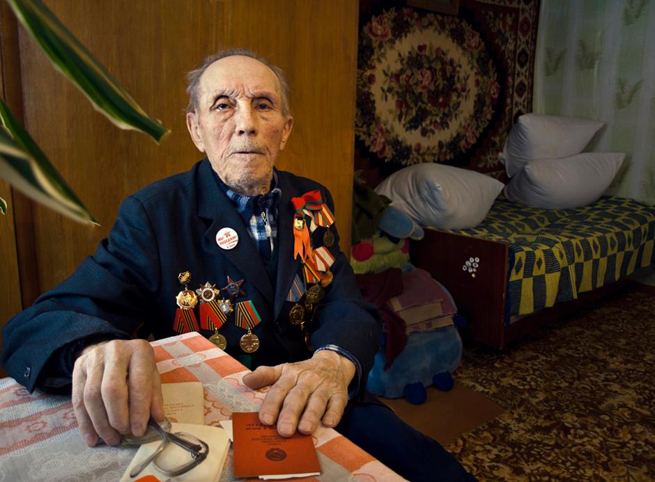 """Misiul Aleksandr. Gimė 1921 m. Gyvena Smorgonyse, Baltarusijoje.    """"Kiek kartų mačiau kaip kareiviai su šukiu """"už Staliną"""" kildavo kovon."""" © Romualdas Vinča"""