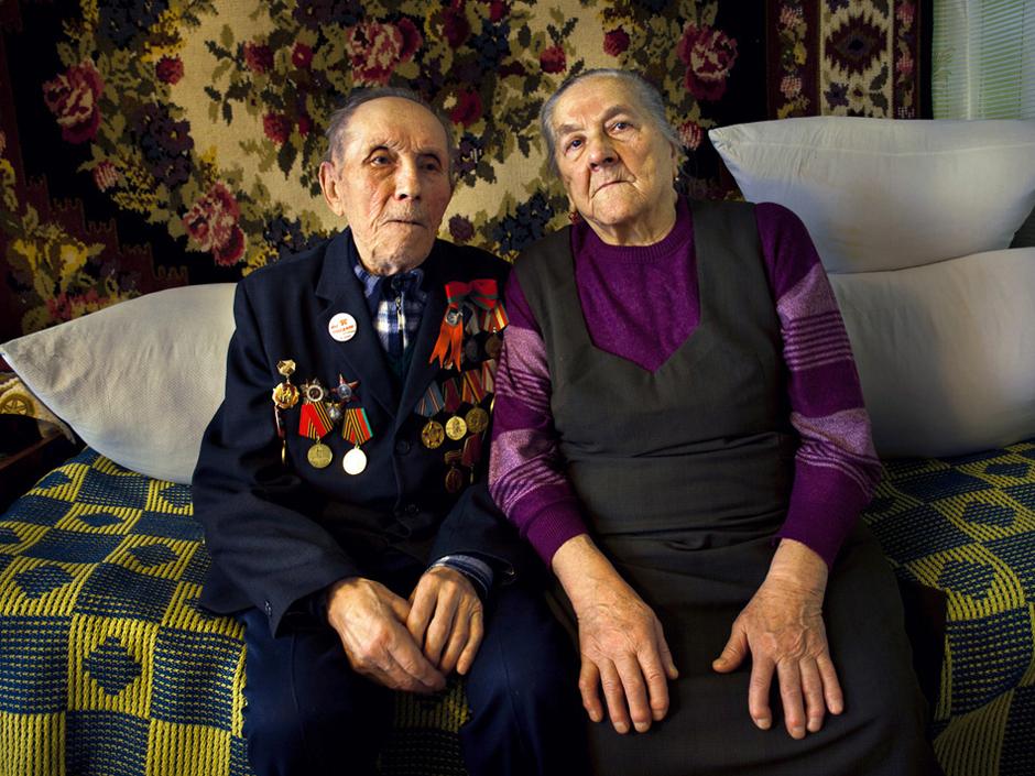 """""""Kariavau I-ajame Baltarusijos fronte. Buvau eiliniu pėstininku. Į karą išėjau savanoriu, kai reguliarioji armija vadavo mano šalį.    Kartą pesikėlėme per Vislos upę. Tikrinome apkasus ir šachtas. Nusileidus į vieną šachtą vokietis įmetė granatą vidun. Kad visi nežūtume, vienas iš arčiausiai stovėjusiųjų kareivių ant granatos atsigulė krūtine. Viskas įvyko žaibiškai. Driokstelėjo granata ir kovos draugo nebeliko. Teko ir mums: kam skeveldra kelį sužeidė, kaim plikę nuskuto, o aš - apkurtau. Šiaip visą tarnybą (tris metus) eidavau žvalgybon. Mūsų užduotis buvo įkaito paėmimas.  Ne sykį teko vokietį nešti ant pečių į savo apkasus. Fronte degtinės įpildavo kiek nori, bet aš niekad jos negėriau. Kiek sykių mačiau, kaip kareiviai """"įkalę"""" šimtą gramų kildavo kovon su šūkiu """"už Staliną"""", o kitą minutę jau gulėjo ant žemės pakirsti kulkos.   Užsitarnavau """"Raudonają žvaigždę"""", medalius už Varšuvos, Berlyno ir Vokietijos išvadavimus. Taip pat medalį """"už narsą"""". © Romualdas Vinča"""
