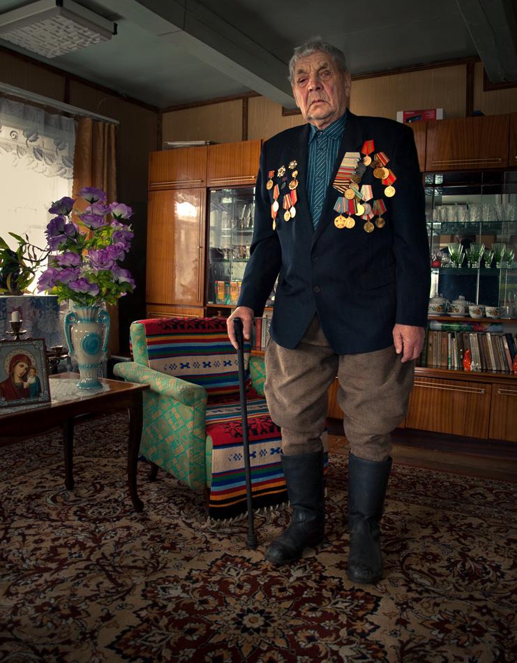 """Aleksandr Peškur. Gimė 1923 m. Ordašų kaime, Baltarusijoje.    Mūsų 1265 pulkas vadinosi """"Корпус прорыва No.6""""  Tarnavau I-jame Baltarusijos fronte. Pašaukė mane 1944 m. rugpjūčio 14 d.   Pirmajam frontui tada vadovavo pats Žukov'as.  Buvau nukreiptas į 8-osios kariuomenės 29-ają diviziją, artireristu.   Vadovavau dvylika-šešiasdešimt penki pulku kuriame buvo 4-ios gaubicos. Tai galingas 122 mm pabūklas (reiškia ištaisyti sakinį, nerišlus ir man kaip skaitytojui nesuprantamas)  Iš viso jų turėjome per 28-ius.  Varšuvą vaduoti pradėjome 1944 m. sauio14 d. """"Valymą"""" pradėjome salve (jei geras terminas, tuomet viskas ok. Nežinau, kas tas """"salve"""") ir taip 2,5 val. šaudėme be pertraukos. Išeikvojome per šešis šimtus sviedinių.  Vėliau vadavome Lodzę, Poznanę. Persikėlėme per Oderį. Balandžio 27-ąją priartėjome prie Berlyno, o gegužės 2-ąją jau buvome mieste.  Turiu medalius ir ordinus už Varšuvos ir Berlyno vadavimą, taip pat už didvyriškumą fronte ir kitus jubiliejinius medalius.   1946 m. papuoliau į trečiąją mobilizacijos bangą. Dirbau mažo kolūkio pirmininku.  1961 m. dalyvavau parodoje, Maskvoje, iš kur už kukurūzų derlių parsivežėme sidabro medalį.  Dabar jau dešimt metų esu apakęs. © Romualdas Vinča"""