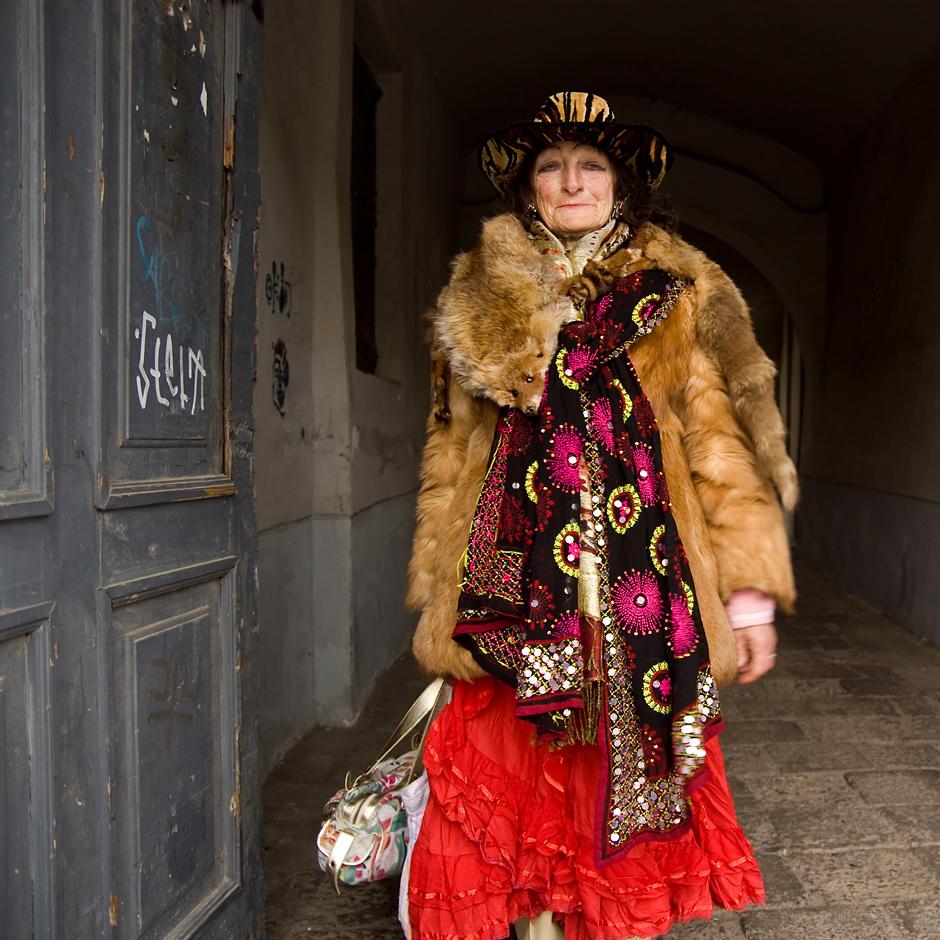...kas, paslaptis? Tai kad, mergyte, aš ir esu  ta paslaptis. Kasdien priena žmonės, pakalbina;  o aš va kiekvieną mielą dienelę Vilniuje,  kad žmones džiuginčiau. Patinka man Vilnius,  visos mažos gatvelės, tik kad sveikata ilgiau negestų... © Justė Šuminaitė
