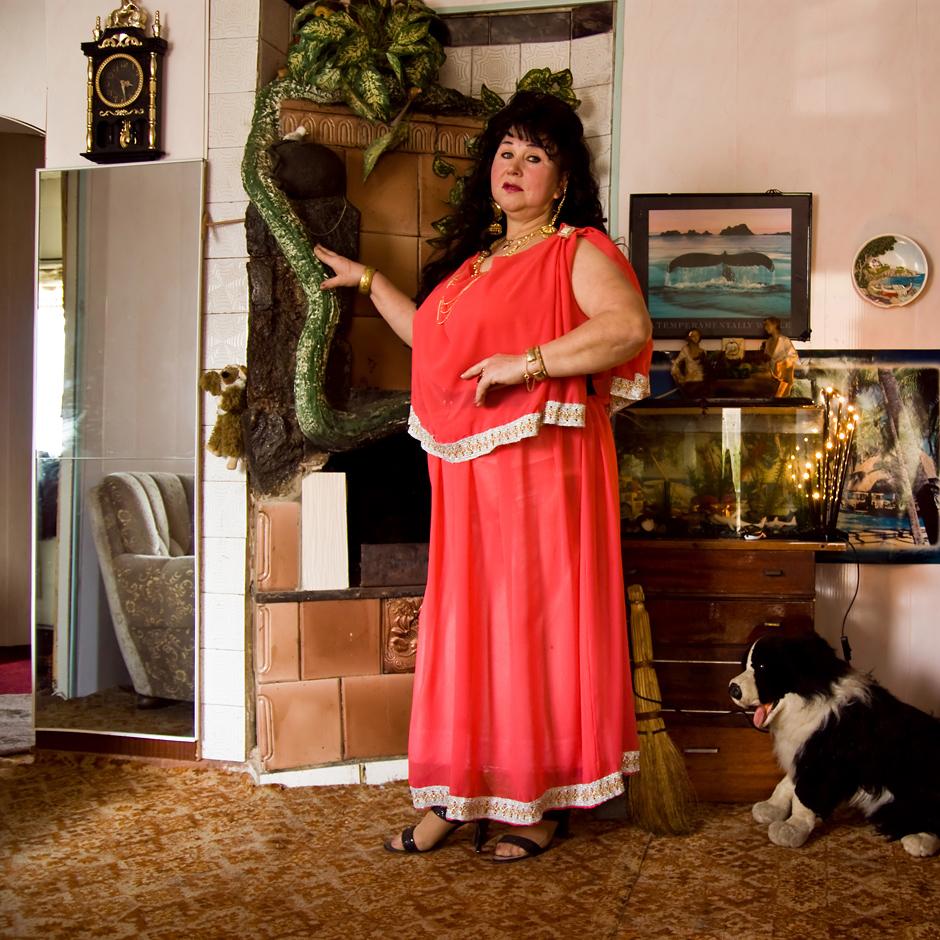 ...širdy ir, kai būnu viena namuose, aš  jaučiuosi kaip karalienė: vaikštau sau viena  su sukniom po kambarius ir galvoju, kokia aš  karalienė... (šypsosi). © Justė Šuminaitė