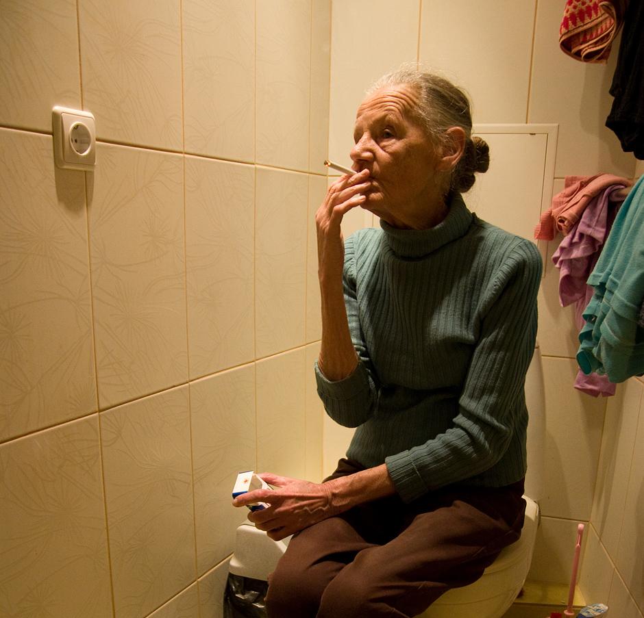 ...rūkyt man jau negalima ir sūnus draudžia.  Kartais parūkau tualete, o kad nesijaustų kvapo  papurškiu diklofosu; ir šilčiau žiemą, nei  balkone... © Justė Šuminaitė