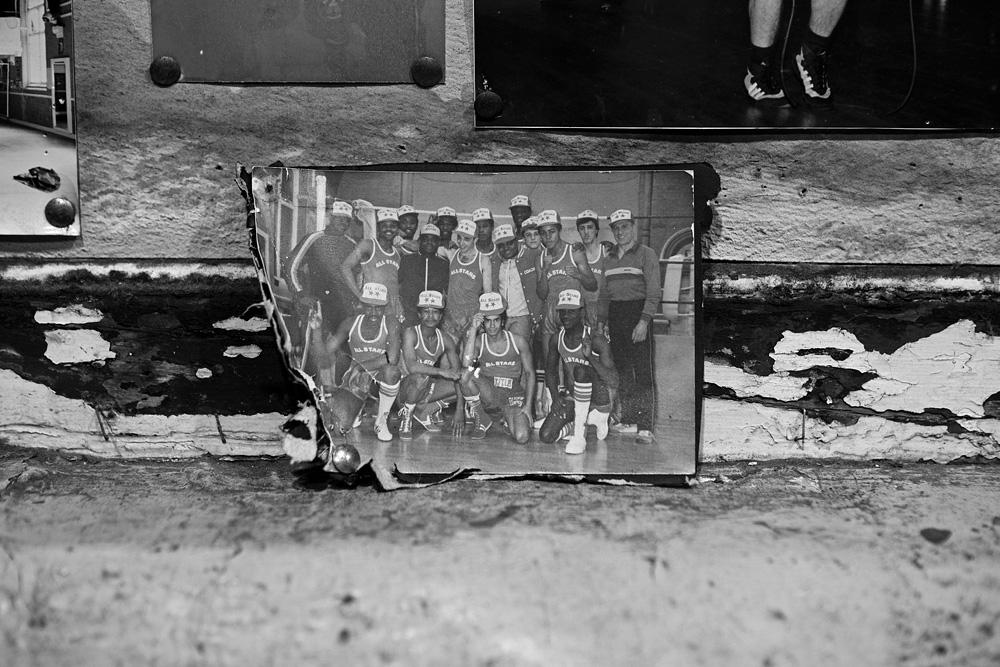 Viena iš fotografijų ant klubo prisiminimų sienos nufotografuota 8-ojo dešimtmečio periodu. © Tadas Kazakevičius
