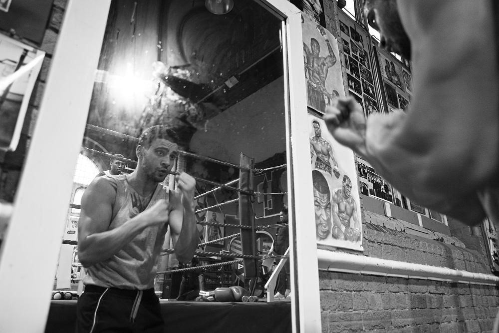 Amid treniruojasi su savo atspindžiu. © Tadas Kazakevičius