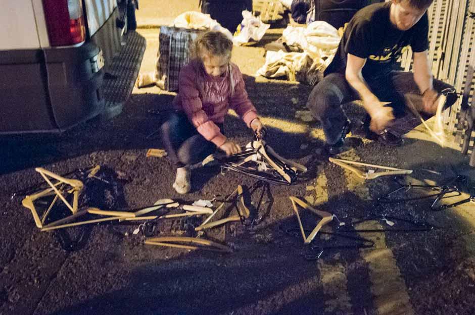04:35 Rytų Londonas. Vairuotojo duktė pakilo iš miego autobuse ir atėjo padėti perdėlioti 200 motociklininkų aprangų bei kitas siuntas, kad sustojimas būtų trumpesnis. © Eugenijus Barzdžius