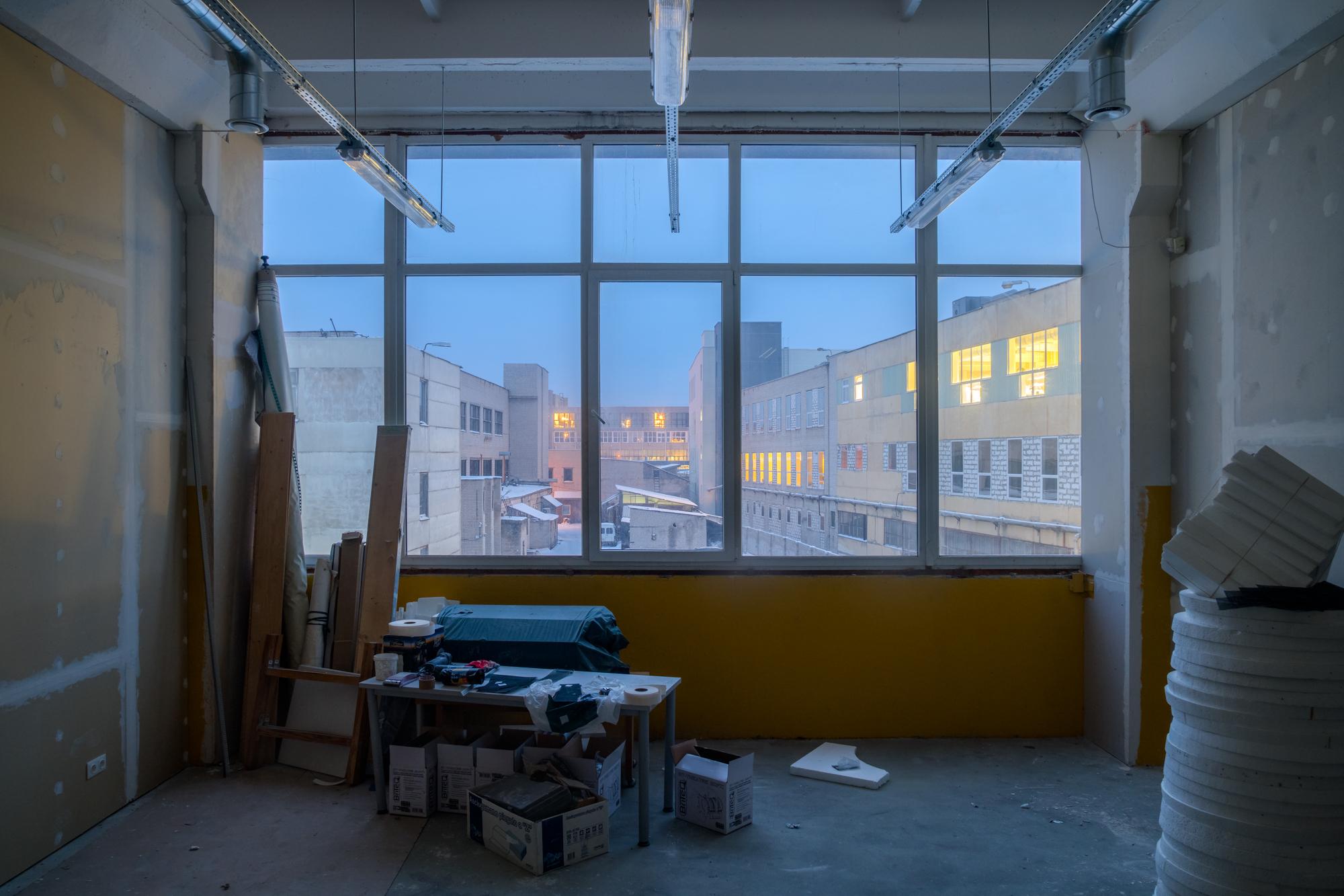 10 Gamyklos kiemas pro privačios kolegijos pagalbinių patalpų langą. Vilnius, 2019