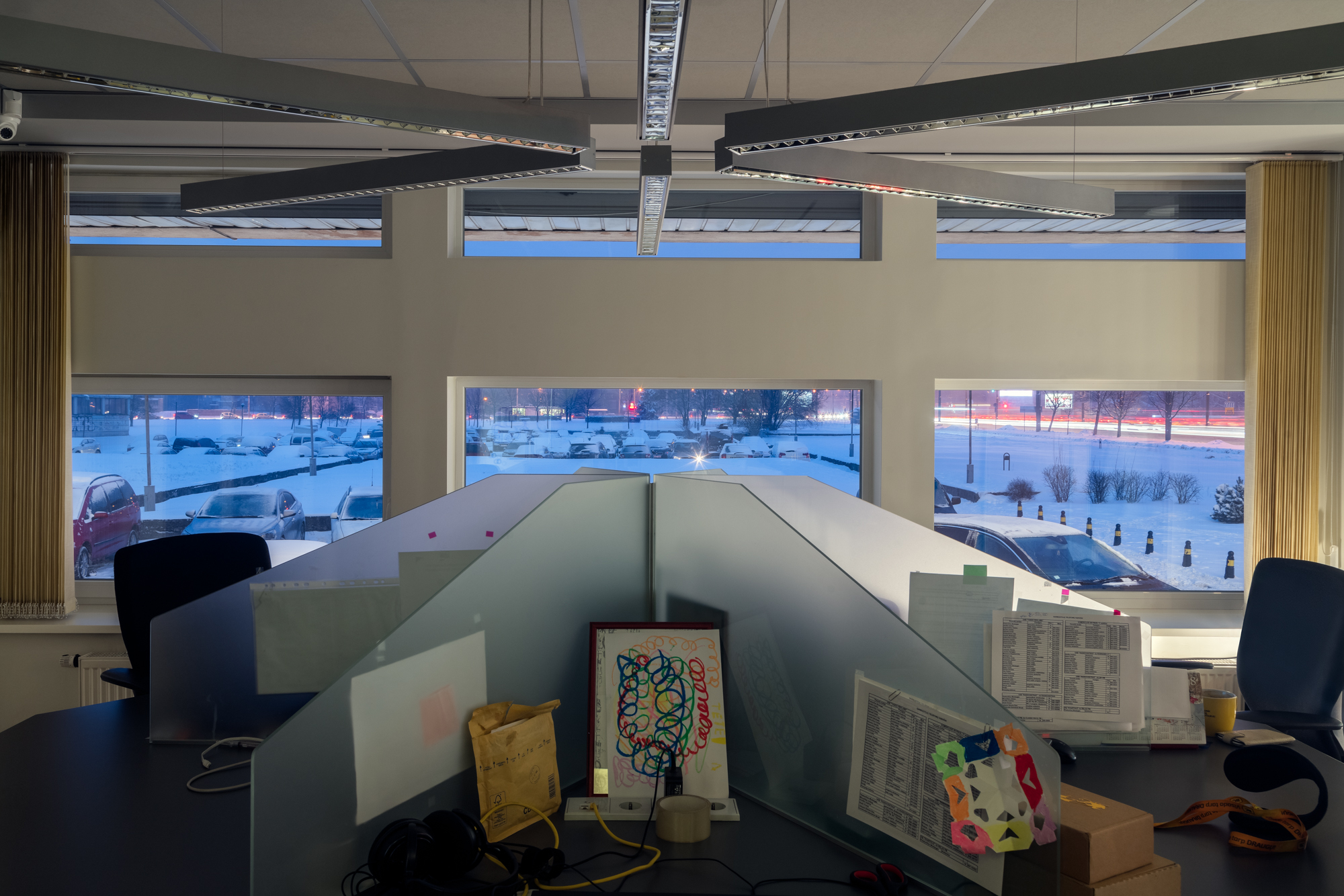 4 Mašinų stovėjimo aikštelė pro komercinio radijo stoties ofiso langus