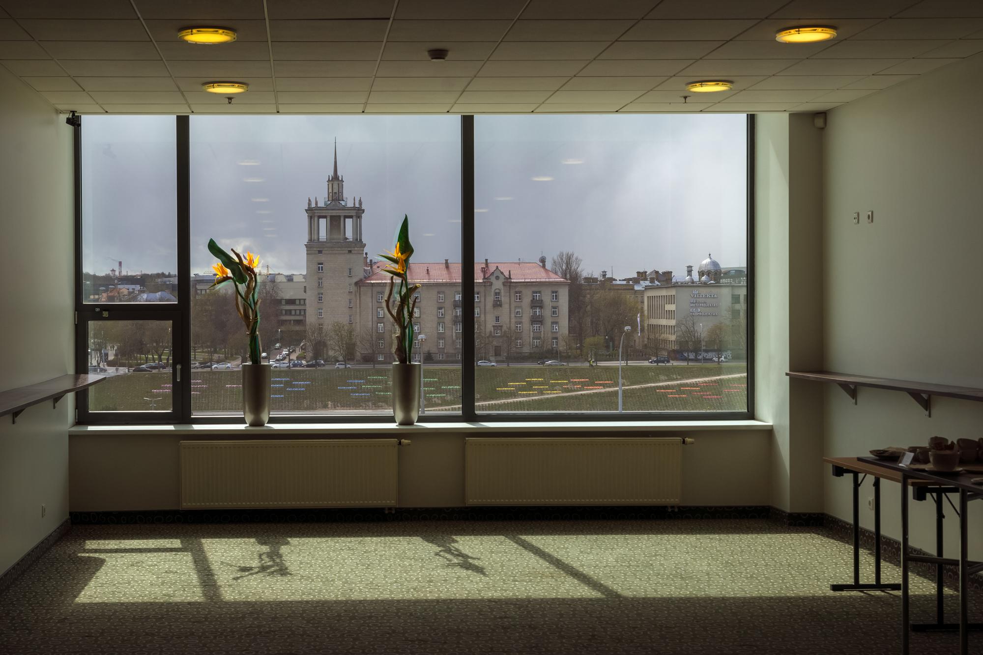 5 Mokslininkų namai pro viešbučio holo  langus