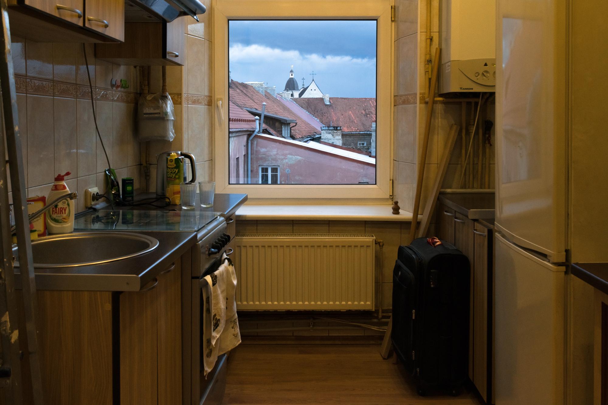7 Aušros vartų stogai pro studentės virtuvės langą