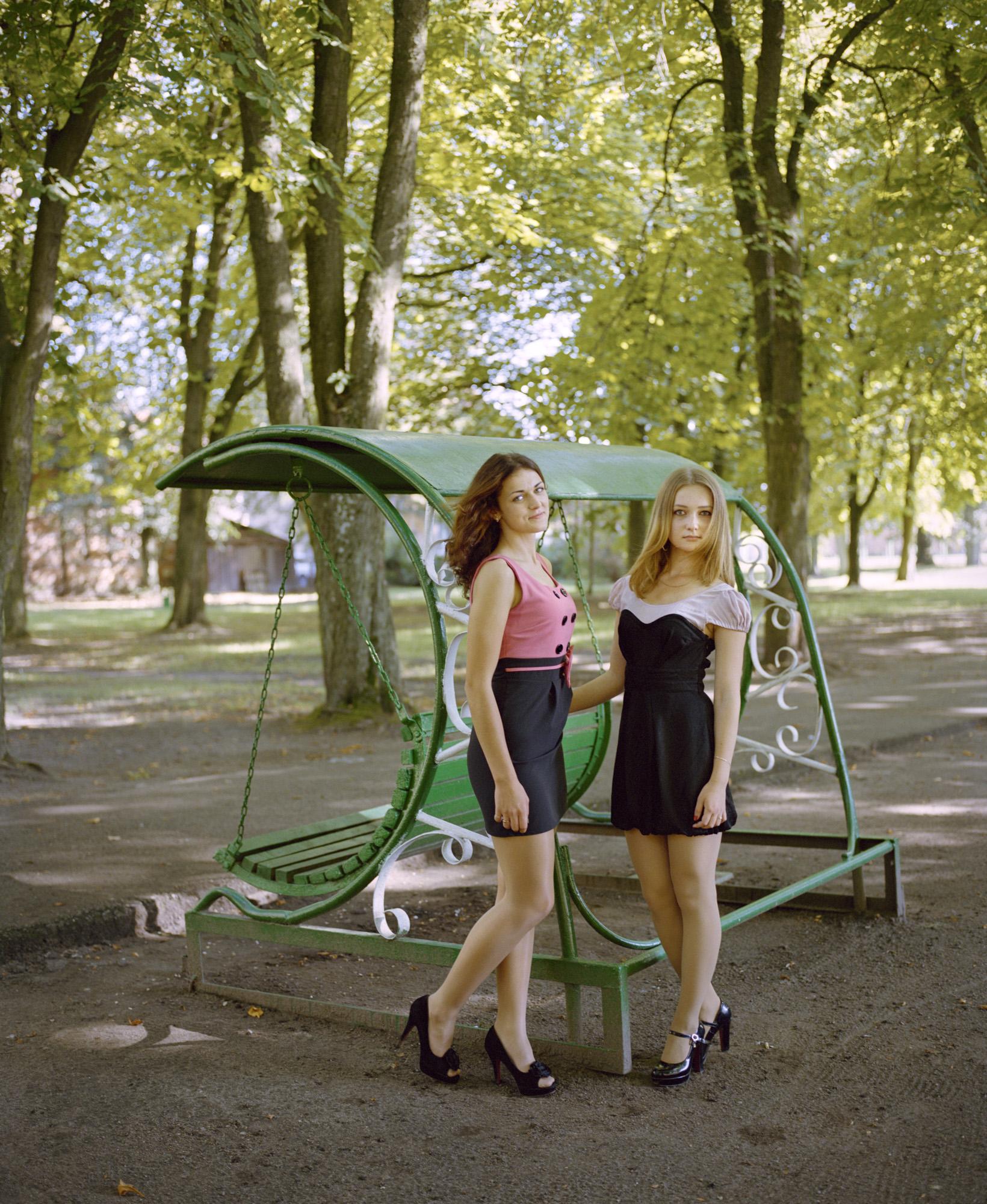 17-Nadia-and-Andzelika-city-park-Pravdinsk-Kaliningrad